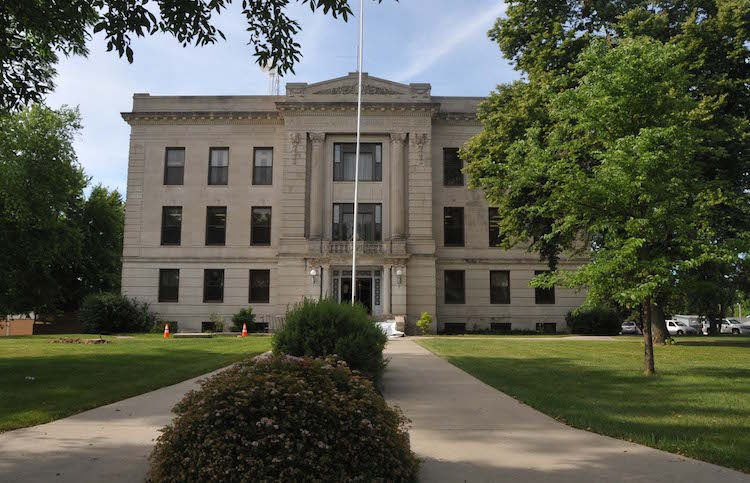 deuel_county_courthouse_clear_lake_sd.jpg