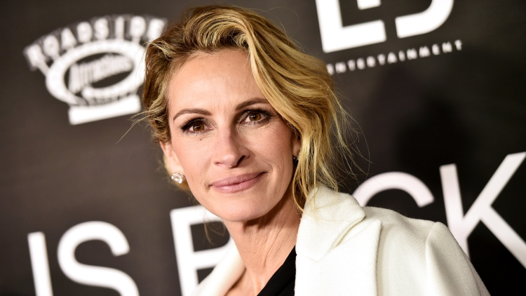 A Newspaper Headline About Julia Roberts' Holes Is Going Viral