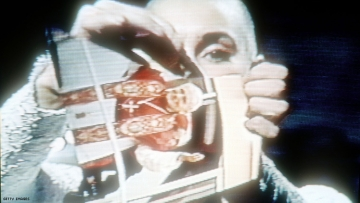 Sinead O'Connor Rips Up Photo Of Pope John Paul II