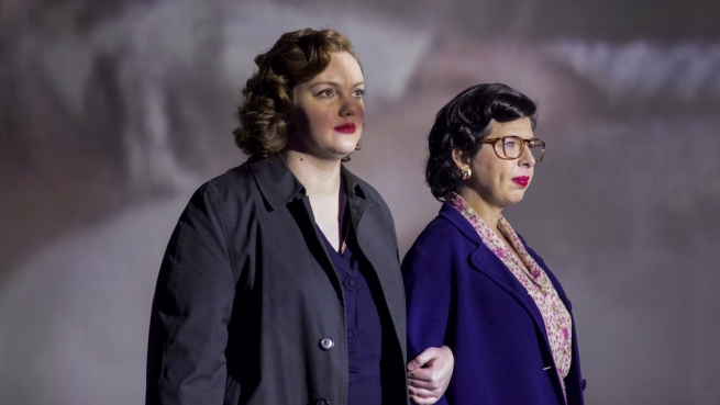 Shannon Purser and Heather Matarazzo as Del Martin and Phyllis Lyon