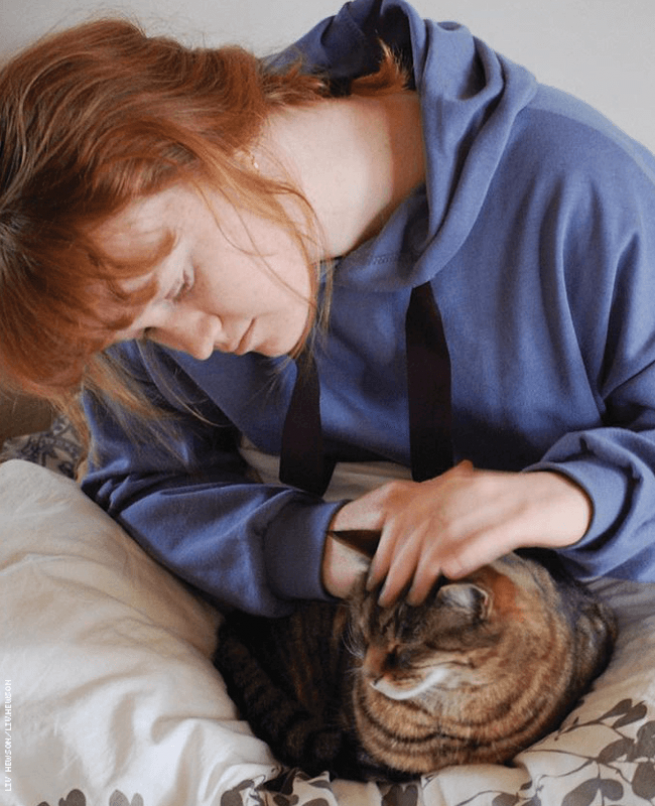 Liv Hewson and cat