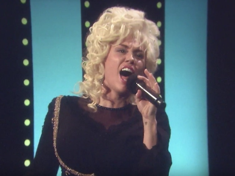 Miley cyrus dresses as dolly parton duets with jimmy for Jimmy fallon miley cyrus islands in the stream