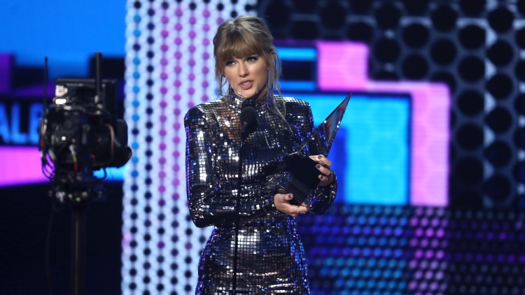 Taylor Swift Urges Fans to Vote During AMAs Acceptance Speech